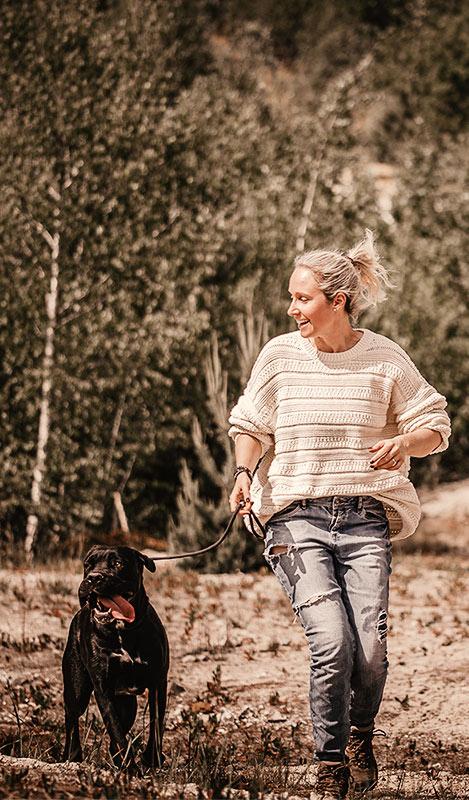 Melanie lauft mit Hund