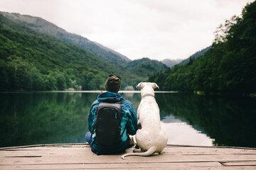 Mann mit Hund am See